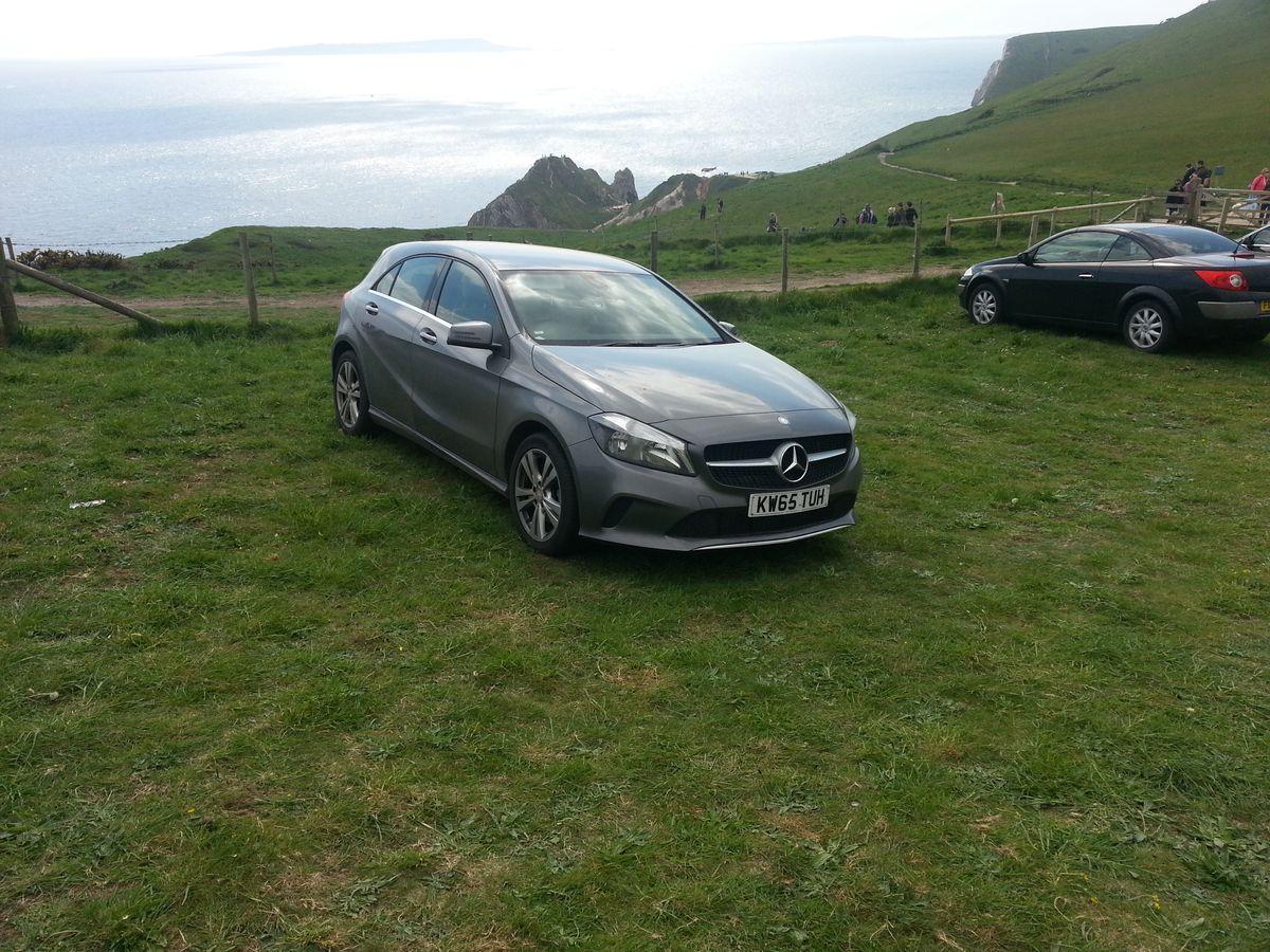 Mercedes A180 auf dem Parkplatz bei Durdle Door